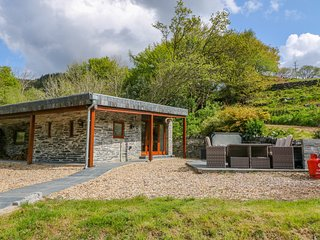 CAREIAU ESGID, hot tub, shared pool, near Corris