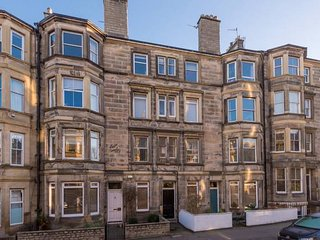 Elegant 2 bedroom apt in the heart of Edinburgh with gas fireplace