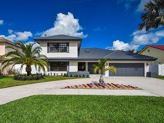 Luxury Boca Raton Vacation Home-Newly Renovated, Pool, Sleeps 8