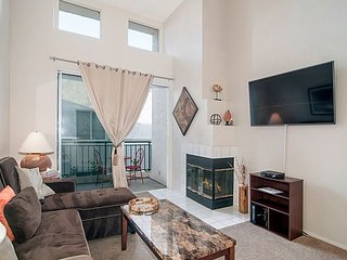 3BR/2BA Centrally Located Mission Valley Condo With Pool, Hot Tub,  Gym