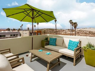 4BR w/ Rooftop Deck, Fire Pit & Foosball – Pedestrian Walkway to Beach