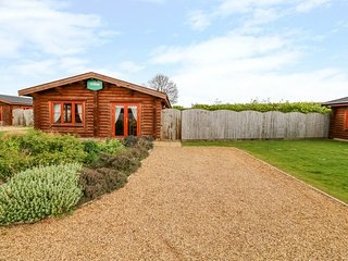 WILLOW LODGE, off-road parking, hot tub, Greetham