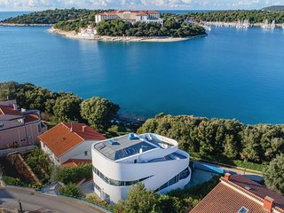 Beautiful home in Pula w/ Jacuzzi, Sauna and WiFi