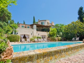 Lovely Provencal villa with private garden & pool. Walk to beaches & restaurants