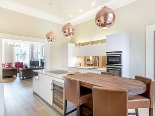 Ultra Luxe Heart of the City 3bed/3bath Apartment