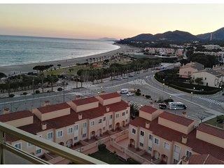 Apartamento con terraza, vistas playa y montana