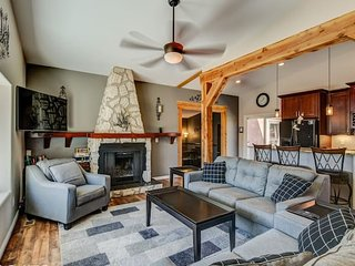 ☃ Mtn Dream! ❄ Fireplace, Patio & Hot Tub | 4BR