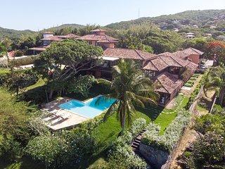 Linda casa com cinco suítes, na rua da praia da Ferradura BZ113