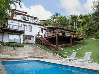 Linda Villa com seis suites, em condominio de frente para a Praia de Geriba