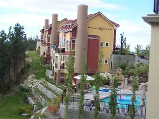 Country Club Luxury Townhome with Pool on Golf Course, Kelowna Airport