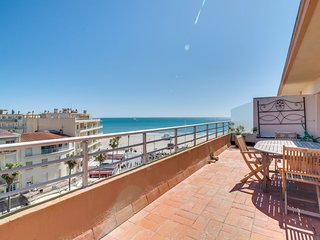 2 bedroom Apartment with WiFi and Walk to Beach & Shops - 5792466