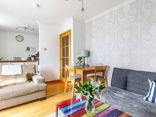 Fresh, modern West End apartment beside Hydro, One stop from Glasgow Central