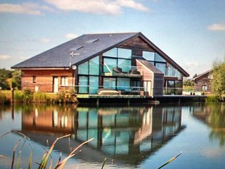 Cotswold Water Park Retreats - Grebe Lodge, Hot Tub, Luxury Home, Fishing