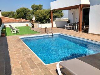 Villa con piscina junto al campo de golf y playa.