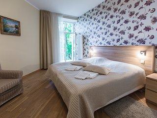 Cozy One-Bedroom Apartment with Balcony 18B-6