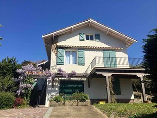 Beautiful beach house 5mn walk to the beach with ocean view & huge terrace, yard