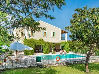 5 bedroom Villa with Air Con, WiFi and Walk to Beach & Shops - 5667345