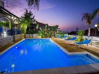 AL015E Villa con piscina 10 posti