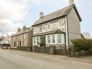 MINFFORDD, pet-friendly, lawned garden, close to beach, Newborough, Ref 930300