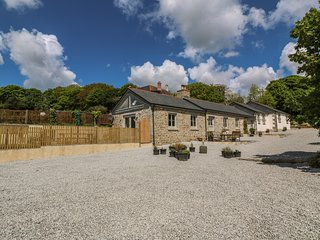 BUTTERCUP BARN, woodburner, pet-friendly, WiFi, in Mawnan Smith