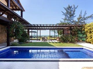 Linda Villa com cinco suites, pe na areia da Praia Rasa, com infraestrutura comp