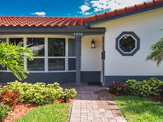 Luxury Deerfield Beach Vacation Villa-1600 sq. ft. & 400 sq. ft. enclosed patio