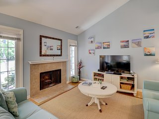 Homey condo w/ shared pool, patio, modern kitchen & more - walk to beach!