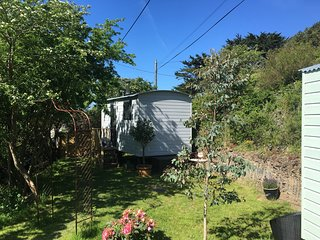 Deluxe Shepherds Hut, Porthcothan Bay, 100metres from the beach