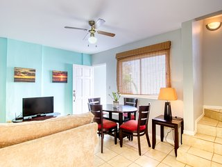 Relaxed condo w/ shared pool, fitness center & balcony - walk to beach!