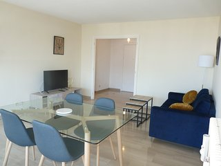 One bedroom apartment right by the Croisette with a sea view and a terrace.