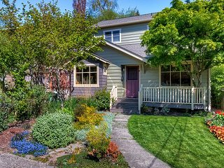 Lovely Laurelhurst w/ Music Room, Sunny Yard - 15 Minutes to Downtown
