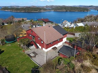 Nice and big house, near to Bergen. Lovely sea view
