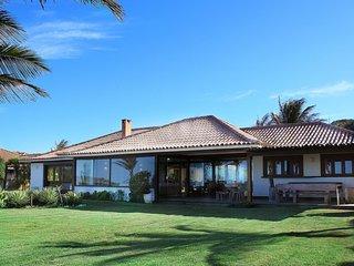 Linda casa com seis suítes, pé na areia da Praia Rasa BZ025