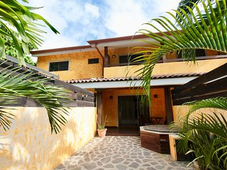 Casa Mango: Central 2 Bed / 1.5 Bath Beach Townhouse Close To Everything!