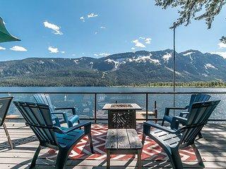 Lakefront, hot tub, WiFi, Fido Friendly & 25 minutes to Leavenworth & Ski