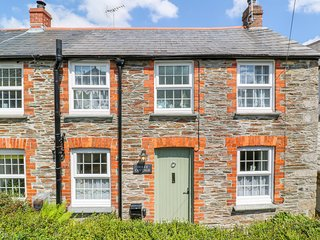 HOLLY COTTAGE, WiFi, woodburner, in Camelford