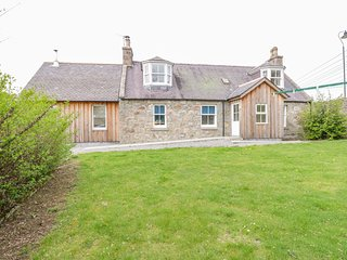 BRIDGE COTTAGE, en-suite, woodburner, WiFi, Kincardine O'Neil