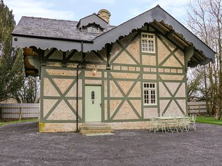SWISS COTTAGE, woodburner, rural location, near Mohill