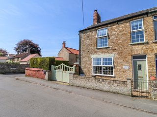 COLDEN HOUSE, woodburner, parking, in Waddington