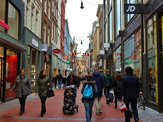 MINUTES FROM AMSTERDAM CENTRAL~HAARLEMMERSTRAAT