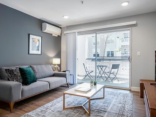 Dapper, Downtown Mountain View 2BR w/ pool, gym, parking, by Blueground
