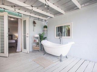 Suite for Couples ♡ Private Deck + Tub - Unit 1