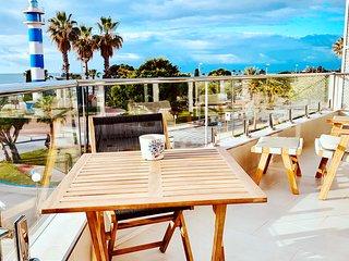 Modern strandvåning med utsikt över havet och fyren