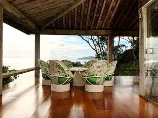Linda casa com quatro suítes, e vista panorâmica do mar BZ120