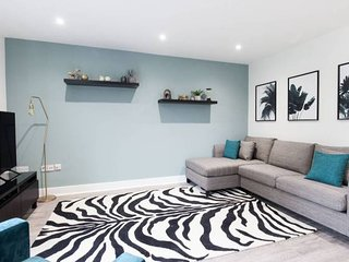 *Funky Apartment in Edgbaston* - Sleep upto 6 - Balcony + Free Street Parking!
