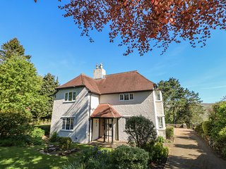 PINEHURST, pet friendly, woodburner and open fire, off road parking, gardens