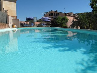 2 bedroom Apartment with Pool, WiFi and Walk to Shops - 5719336