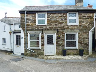 HORSESHOE COTTAGE, open fire, WiFi, in Delabole