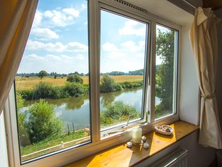 Bank Cottage - Detached Cottage on banks of River Severn - ideal for fishing