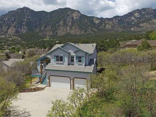 *NEW*CHEYENNE MTN! Well appointed! 5 Miles to The Broadmoor with 5 BR'S, 3.5 BA'